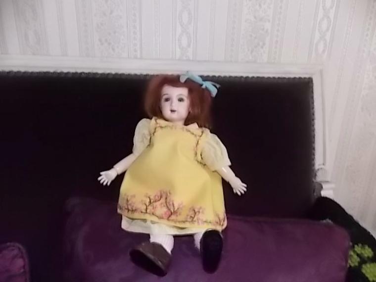 miss bleuette tres fière de son tablier  brodé