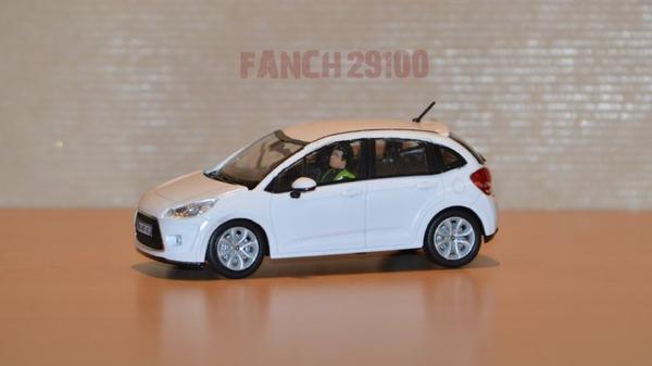 Nouvelle Citroën C3 blanche avec figurine 1:43 ème