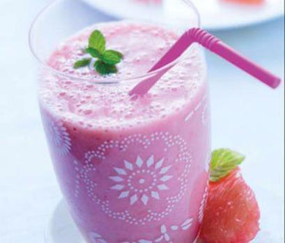 Smoothie pamplemousse , banane , gingembre et fraise