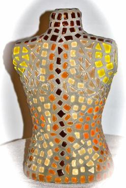 Buste en mosaique de verre orange et jaune