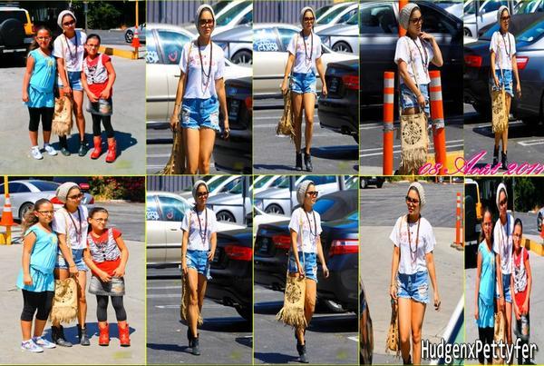 Monday, August 8th ; Vanessa a été aperçue dans un parking pour y faire quelques petites courses après le dernier shoot de Candie's.
