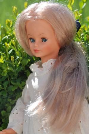 une jolie poupée romantique c'est  Cathie de bella ici elle porte la robe du nom muguet de 1976