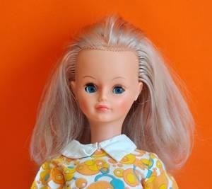 bonne semaine avec ma jolie Cathie période milieu 70 ici elle porte une tenue de présentation de 1969/70 hélas j'ai pas le modèle de Cathie de cette époque ..