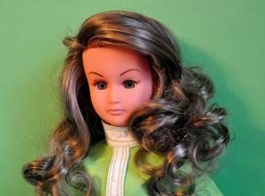 aujourd'hui c'est Alice la petite s½ur de Dolly qui vient prendre la pause apres un la toilette les cheveux sont entièrement rebouclés avec des bigoudis j'ai fait de meme pour mes dolly  , ici Alice porte une tenue  va sur la poupée singer de sebino 1970