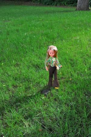 en mode poupette Gégé aujourd'hui c'est Dolly joufflue moi je l'aime bien cette miss même avec ses joues ici modèle de 1974 et une tenue gégé mais je n'ai pas trouvé sa référence