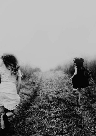 Fuir le bonheur de peur qu'il ne se sauve.