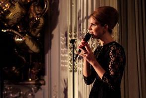 Après le Mulberry Fashion Show du matin, Lana Del Rey également assisté le mûrier après parti à « La Savile Club », où elle interprète également. Voici une courte vidéo de « Blue Jeans ». Au total, Lana effectué cinq chansons soutenus par juste un piano et une guitare. 19 février