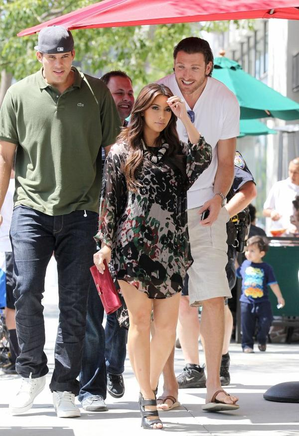 Kim and Kris go to lunch at II Tramezzino in Beverly Hills (07/27)