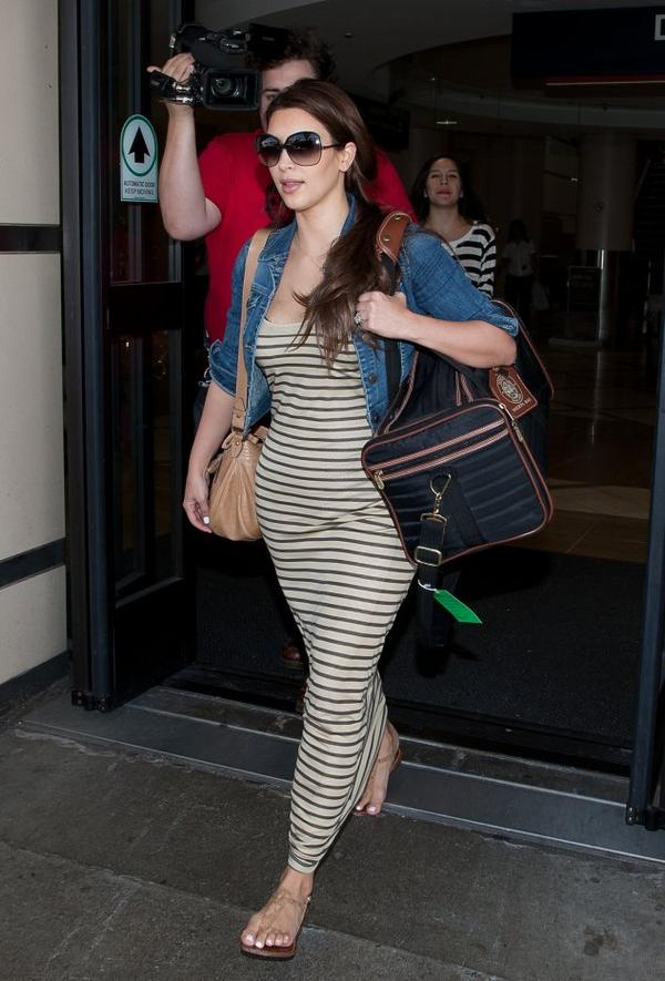 Kim arrives to LAX airport (08/06)