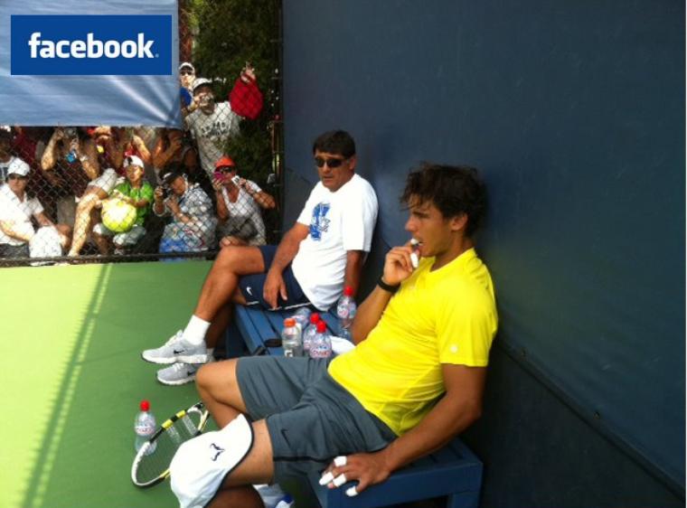 """03/09/11 : """"Aujourd'hui je me suis entraîné avec Feli. Demain il joue contre Murray, et moi contre Nalbandian. Sur cette photo je parle avec mon oncle Toni de quelques changements dans mon jeu, ainsi que de l'entraînement du jour, et du match de demain."""""""