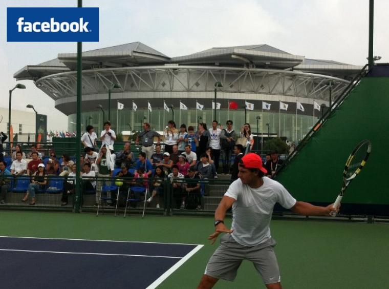 """10/10/11: """" Pas de jours de repos, nous nous entraînons dur à nouveau! Aujourd'hui sur les courts du Qizhong Tennis Center à Shanghaï. Au fond, le stade dans lequel nous allons jouer la Masters Cup, spectaculaire !"""""""