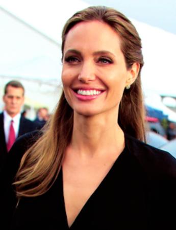 Angelina Jolie commence à effacer ses tatouages en référence à Brad Pitt !