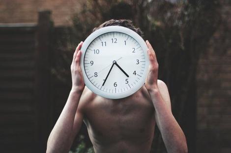 La vie humaine se compose de deux parties : on tue le temps, le temps vous tue.