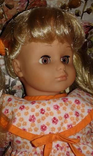 Une jolie Lissi blonde à couettes aux yeux marron