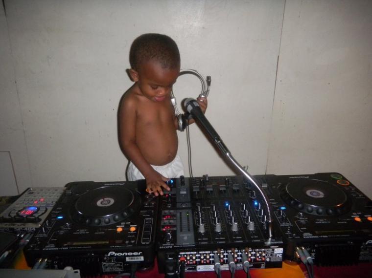 << mon futur DJ à 3ans et demi il fait ses premiers pas >>