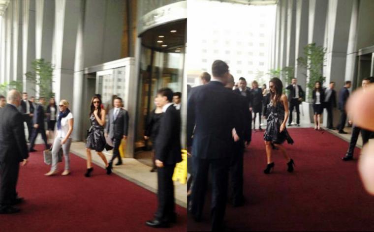 CANDID JUNE 25, 2013 - BEIJING / CHINE Victoria Beckham sortant de son hôtel en Chine. LOOK - Victoria porte une robe assez ample, des bottines Giuseppe Zanotti et accessoirise sa tenue avec une paire de lunettes de soleil de sa collection SS/13 et une pochette noir également d'une de ses collections. TOP / FLOP ? Il y a que des photos de fans.