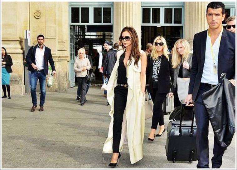 CANDID || September 27, 2013 - Paris / France Victoria Beckham à Paris 2.0 ! Depuis que David Beckham a pris sa retraire, nous n'avions pas revue la belle Victoria dans notre capitale, c'est chose faite aujourd'hui ! Celle-ci est allée parler de son e-commerce et de sa nouvelle collection SS/14 à l'ambassade Britanniques. Côté tenue, Victoria opte pour un haut et un pantalon provenant de sa propre collection AW/13, un gilet long sans manches signé Céline, des escarpins de la marque Casadei et accessoirises cette tenue avec une ceinture Saint Laurent, une pochette de sa propre collection SS/13 et des lunettes de soleil Culter & Gross. TOP / FLOP ?