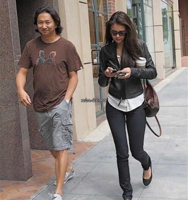 04.06.2011 | Nina Dobrev se promenant avec un ami dans Beverly Hills