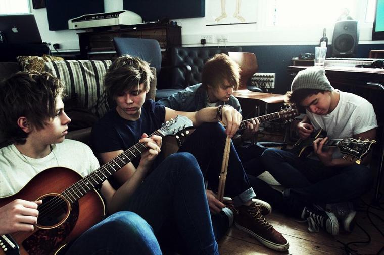 5 SOS prennent la défense des One Direction sur Twitter