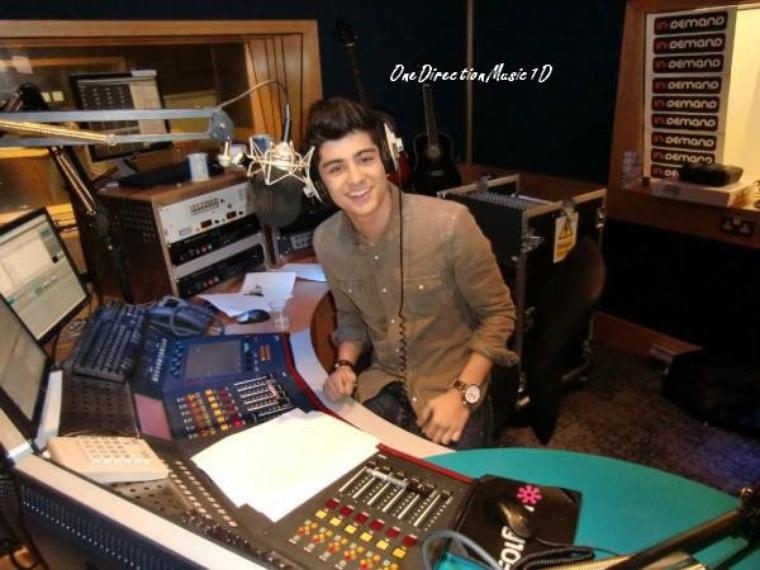 DJ Malik est dans la place (Samedi prochain, ça sera Liam qui sera à The Hits Radio à 16.00 (heure française) )