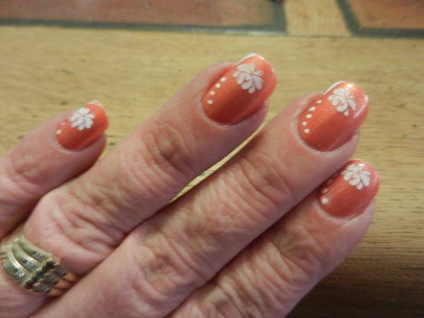 Nail art saumon et stamping blanc