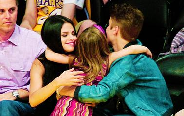Shoot - THE HOLLYWOOD REPORTER. + Le 25/07 Selena était sur le plateau LIVE WITH REGIS & MICHAEL.