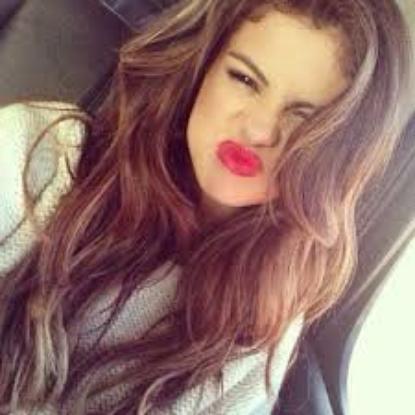 Commençons par une petite biographie de Selena ;)