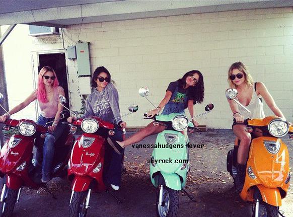 Hier Mercredi 29-02-2012, Vanessa Hudgens, Selena Gomez et Ashley Benson ont été aperçu sur des scooters en Floride pour le tournage de leur film:Spring Breakers!