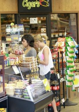 C e 02-03-2012 Vanessa Hudgens aperçue dans le supermarché ABC Spirits and Wine!