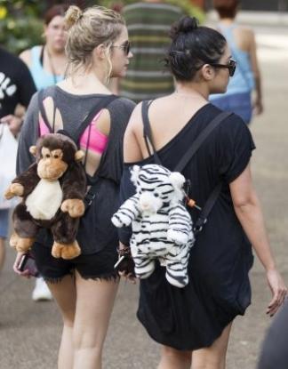 Ce 03-03-2012 Vanessa Hudgens et ashley Benson aperçu entrain de se détendre  après un shopping!