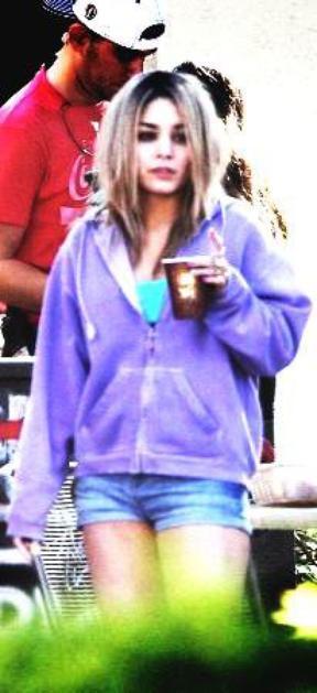 Ce 05-03-2012   Vanessa Hudgens aperçue dans l'après-midi sur le tournage du film spring breakers!