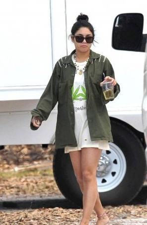 Ce 07-03-2012   Vanessa Hudgens sur le tournage de Spring breakers!