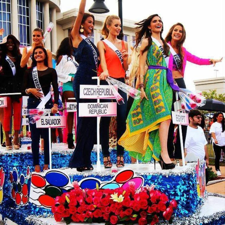 Présentation des candidates dans la rue - Miss Univers 2014