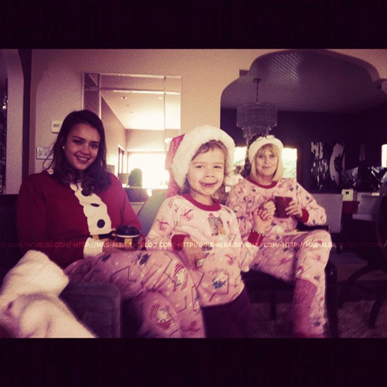 Jessica Alba avec sa fille et sa maman le jour de Noël