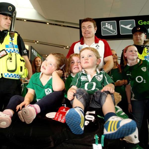Imreoirí i dtír in Éirinn - Athaontaíodh siad lena dteaghlaigh :) Arrivé des joueurs en Irlande - Retrouvailles avec leur famille  :)
