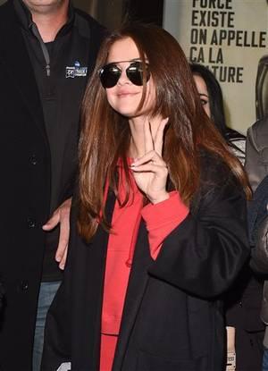 Selena a l'aéroport Charles de Gaulle