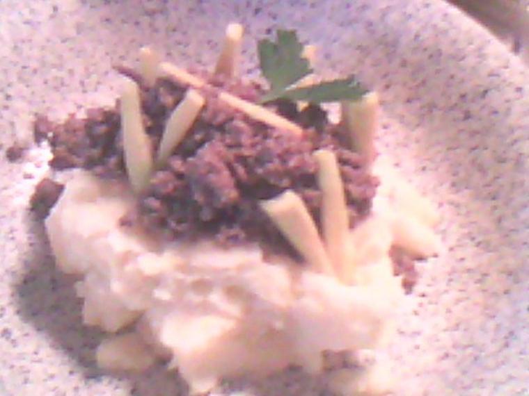 Purée de pomme de terre accompagnée de viande de boeuf hachée citronné avec fine lamelle de carotte verte.