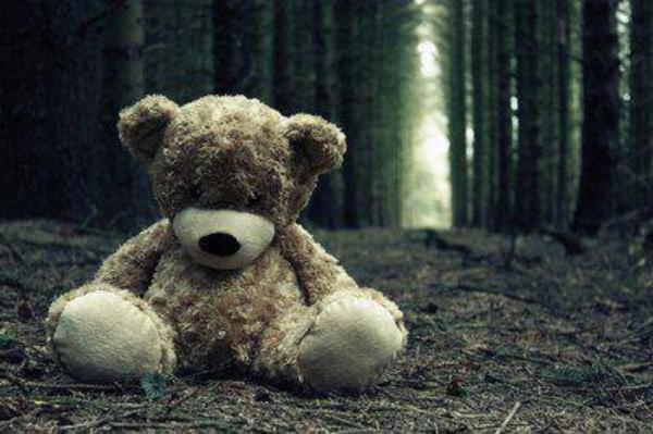 """Aimer, c'est sentir battre son coeur, c'est ne vouloir que son bonheur. C'est pleurer en le voyant partir, et tout faire pour qu'il évite de souffrir. Aimer, c'est se donner tant que l'on peux, pourvu que brille encore cette lueur dans ses yeux. Aimer, c'est être touché par chaque mot qu'il a prononcé. Aimer, c'est regarder sa photo pendant des heures et de dire qu'on a enfin trouvé l'âme soeur. C'est frissonner à chaque fois qu'il vous touche, en espérant que les mots """"je t'aime"""" sortent de sa bouche. C'est avoir peur qu'il lui arrive un malheur, et lui donner la capacité de sécher vos pleurs. Aimer, c'est voir votre amour grandir de jour en jour, et vouloir que ses instants durent toujours. Aimer, c'est lui faire totalement confiance, même si votre jalousie devient démence. C'est sentir tout le monde se figer, quand sur ses lèvres vous déposez un baiser. Aimer, c'est rêver de lui tous les soirs, et voir son reflet dans le miroir. Aimer, c'est sentir sa gorge se nouer, à chaque mots doux qu'il prononce..."""