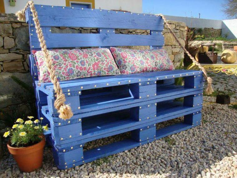 banc bleu avec des palettes