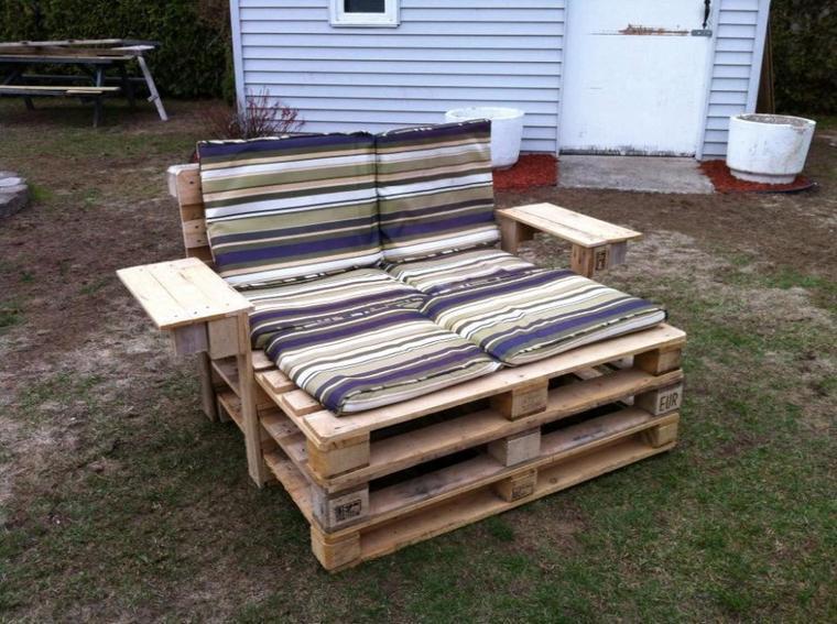 fauteuil avec des palettes