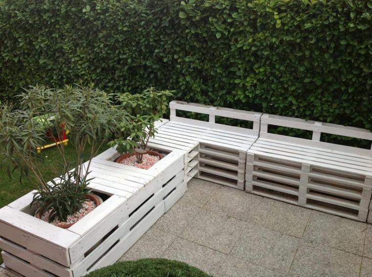 coin de banc et pots de fleurs blanc exterieur