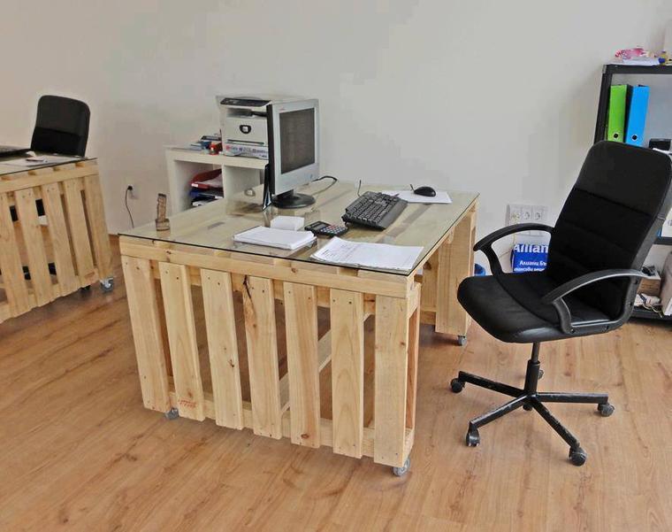 table de bureau avec des palettes
