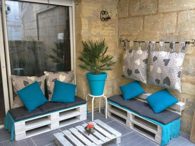 petits bancs et petite table bleu /turquoise avec des palettes
