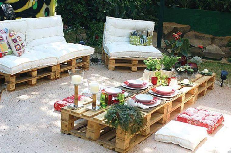 grand et joli salon de jardin  avec des palettes