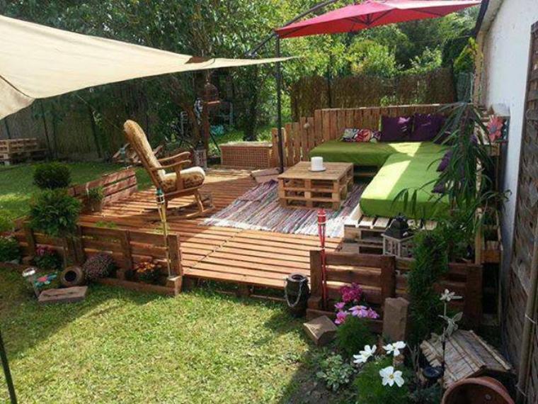 terasse de jardin avec des palettes et salon