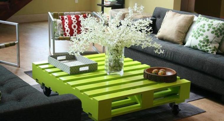 table basse vernis couleur vert anis avec des palettes roulante