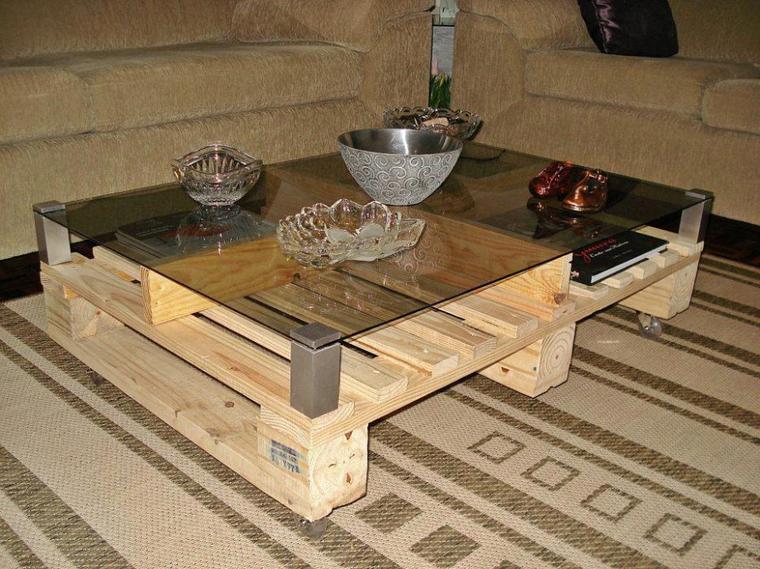 table basse avec des palettes et dessus en verre