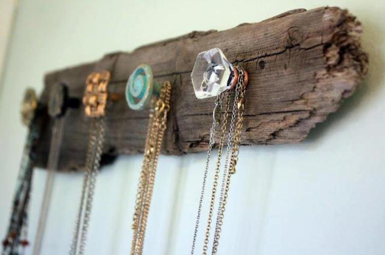 porte colliers avec des poignees de tiroirs ou de portes originales sur un morceau de bois