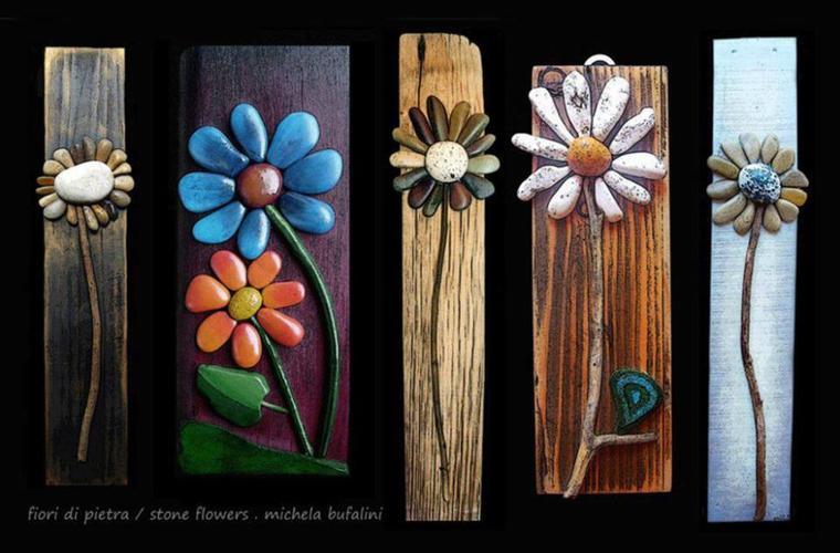 peintures sur bouts de bois ou planches , fleurs en cailloux