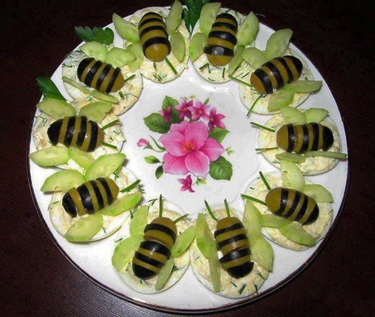 assiette de crudités , oeufs durs , olives vertes et noires , concombres